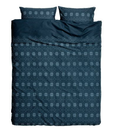 Dark blue. King/queen duvet cover set in cotton fabric with a printed pattern. Duvet cover fastens at foot end with concealed metal snap fasteners. Two