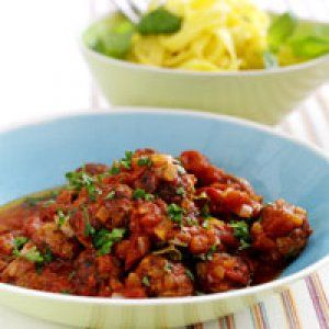 Små kødboller i krydret tomatsauce opskrift