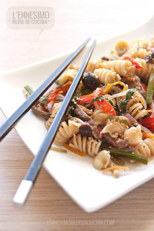 Japchae (o Chapch'ae) di di fusilli con manzo e verdure saltate (beef & veggies japchae) ©lennesimoblog