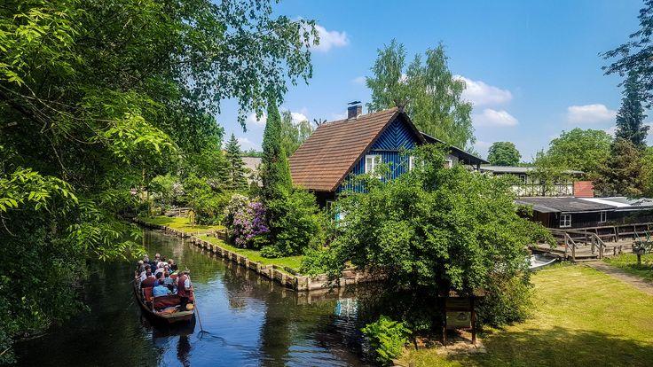 Kahnfahrt im Spreewald / Der Spreewald in Brandenburg ist ein zauberhafter Ort, der wie aus einem Märchen entsprungen wirkt. Ein endloses Netz aus Fließen, gemütliche Häuser und eine einzigartige Natur