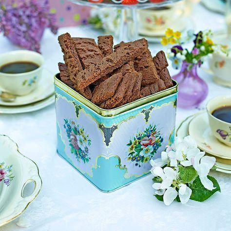 Klassiska mjuksega chokladkolasnittar som gärna får serveras ur en vacker plåtburk.