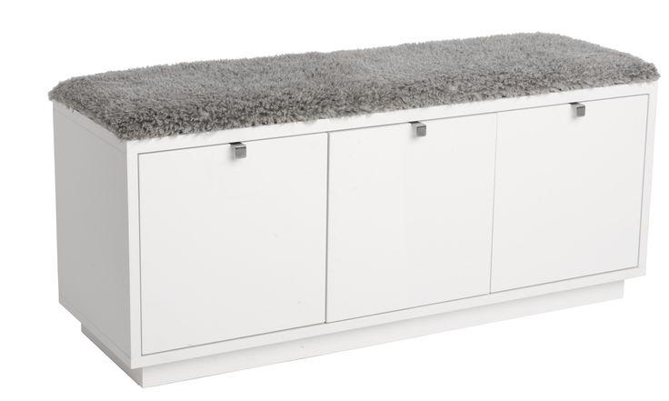 Ek, svart eller vit / 2 dynor    Sittbänk med 3 utdragbara lådor  Finns i oljad ek, svartbetsad ek och vitlack  Toppdyna kan väljas i svart tyg eller grå