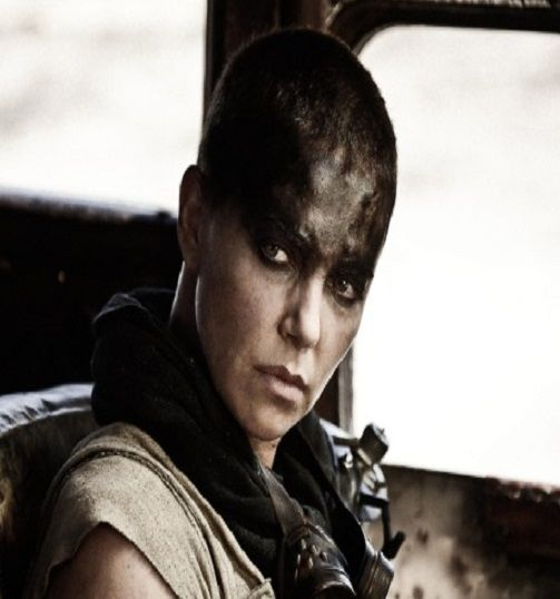"""Zgoliła włosy, a za nią tysiąc osób z ekipy. Charlize Theron w nowym """"Mad Maxie"""". http://www.tvn24.pl/kultura-styl,8/charlize-theron-zgolila-wlosy-do-roli-w-nowym-mad-maxie,542320.html"""