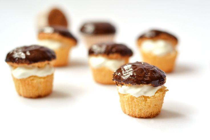 Indiáner muffin recept: Klasszikus indiáner recept muffin formában. Puha, piskótaszerű alaptészta, melynek a tetejét csokiba mártjuk és megtöltjük tejszínhabbal. Mennyei, könnyű, és habos! :)