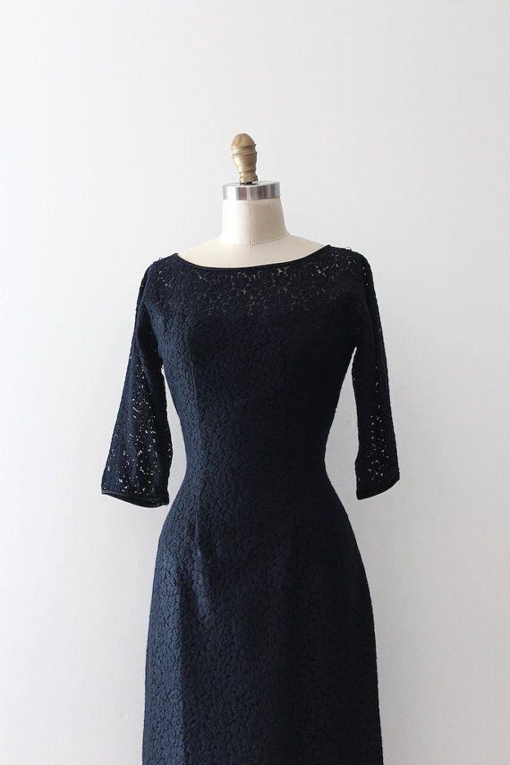 Wunderschöne schwarze Spitze wackeln Kleid aus den späten 1950er Jahren / frühen 60er Jahre. Dieses Kleid verfügt über eine sehr schmeichelhaft Sanduhr-Silhouette, 3/4 Ärmel und die Ärmel und Ausschnitt ist nicht gesichert, mit Futter, ein wenig Haut zu zeigen. Label: keine Verschluss: Metall-Reißverschluss Maße: Am besten passen: Xsmall Fehlschlag: 36 Taille: 25 Hüfte: 37 Länge: 43 Ärmellänge: 17 Zustand: hervorragender Jahrgang Zustand ➸International Käufer bitte erkundigen S...