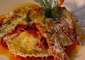 Ravioli gevuld met zeebaars en reuzengamba op een typisch Italiaans tomatensausje