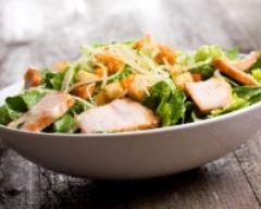 Salade César au poulet : parmesan, biscottes, croutons, citron, échalote, crème fraiche, moutarde
