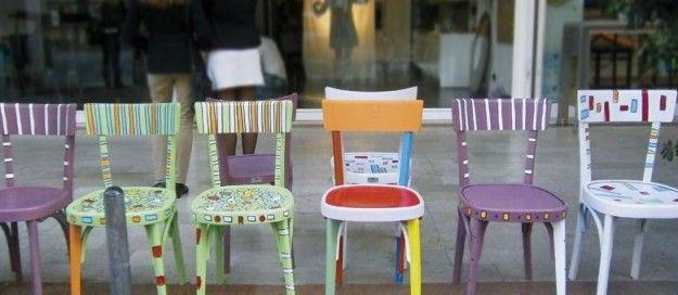 Sedie dipinte ad hoc per donare loro nuovo colore