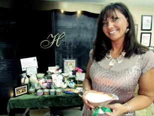 Горит Успех: Дениз Харрис основатель Centerville основе Heaven Сущности, которая делает соевые свечи и другие товары.  Она имеет более 225 национальных консультантов, которые продают продукцию.