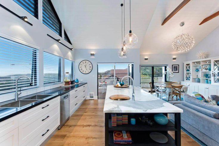 La cuisine est ouverte, claire et agréable faisant partie de l'extension moderne où se trouvent également le séjour et la salle à manger