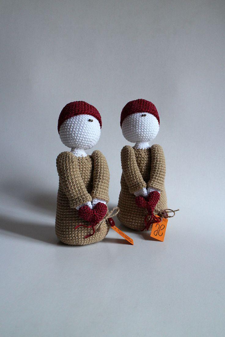 Červené srdiečko z lásky ti dám - bábika uhačkovaná z bavlny a vyplnená dutým vláknom, vhodná ako hračka alebo dekorácia. Cena je za 1 kus.  Cena je za 1 kus.  * Možné prať v rukách. Nechať voľne vyschnúť.