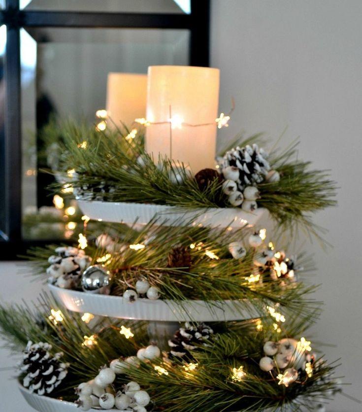 Weihnachtsmittelstücke mit Weihnachtslichtern für einen hellen Tisch