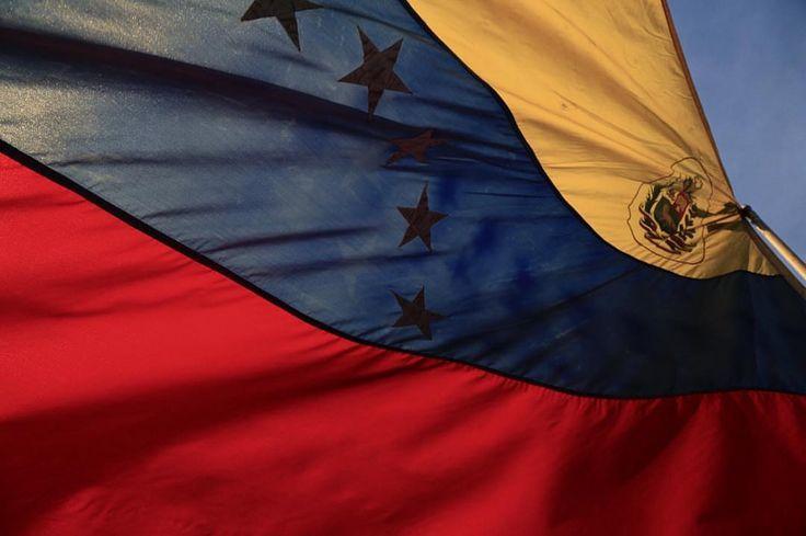 Foto de @daniellaraphoto Hoy es día de nuestra Bandera Nacional  ahora más que nunca a ponerla en alto.    Hoy más que nunca dejo la piel por esta bandera.  #Venezuela #Caracas  #Julio2017 #ccs #caminacaracas