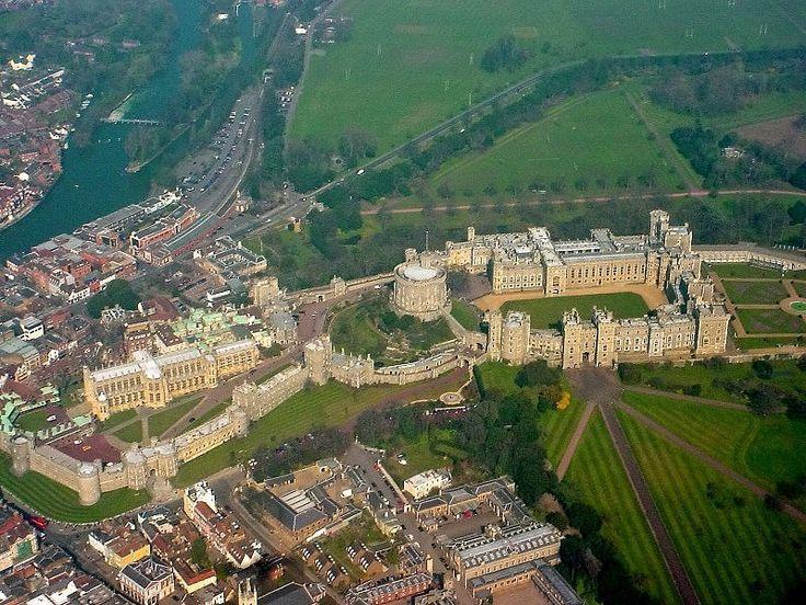 Виндзорский замок   Виндзорский замок — резиденция британских монархов в городе Виндзор, графство Беркшир, Англия. Заложен в 1066 году, в последствии разрастался, перестраивался и реконструировался. Архитектор реконструкции - Джеффри Уайтвилл. Время реконструкции –1820-е годы.  Виндзорский замок считается одним из самых красивых и романтичных памятников Англии. Его название (Windsor) происходит от слова Wyndleshora («Извилистые берега»). Это самый большой по размерам (576 на 164 метра) замок…