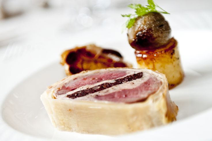 Beef wellington with black pudding, fondant potaoes, roasted garlic and shallots #gallopinggourmet