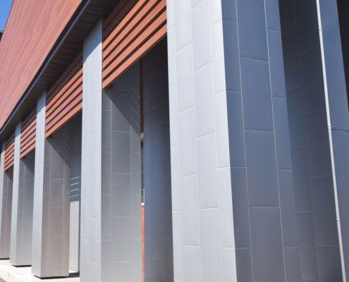 On the columns, our Metal Block in Metallic Grey Color.  Les colonnes sont recouvertes de notre Metal Block en couleur Gris Métallique.