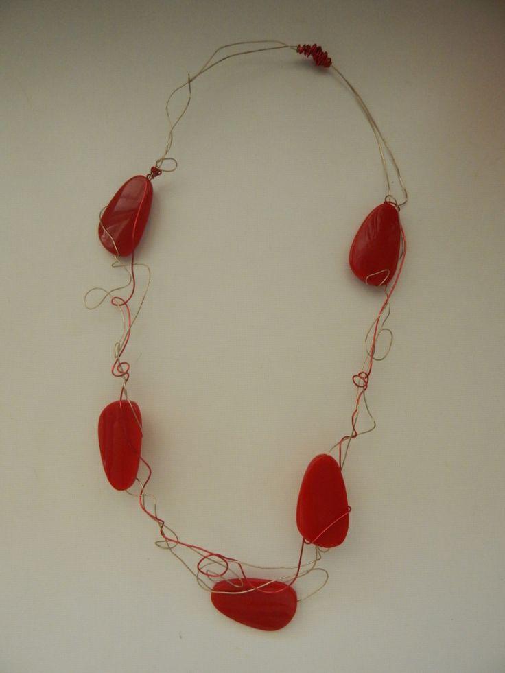 (35) κολιέ από σύρμα και χάντρες κόκκινες