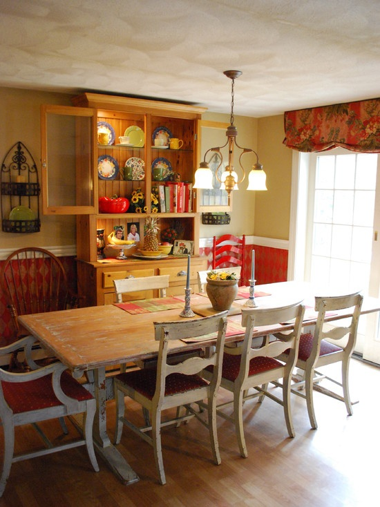 French Country: Traditional Dining Rooms, Tables Design, Red Kitchens, French Country, New England Style, Dining Rooms Design, Farmhouse Tables, Farmhouse Dining Rooms, Farms Tables