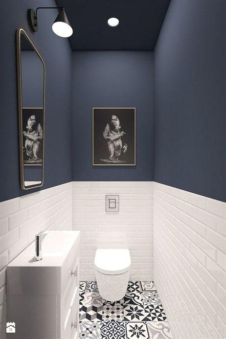 Gäste WC, Boden Gemusterte Fliesen, Schwarz Weiß, Metrofliesen Halbhoch  Umlaufend, Blaue Wandfarbe, #smallbathroomremodeling #RemodelingIdeas