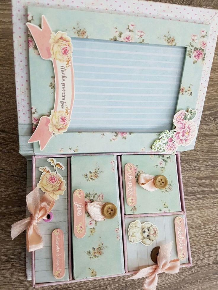 Delicada e encantadora caixa para as mamães guardarem as primeiras lembranças de seus bebês. Gavetas e portinhas disponíveis para guardar mecha de cabelinho, chupeta, pulseirinha da maternidade, primeiras jóias e o que mais quiser.
