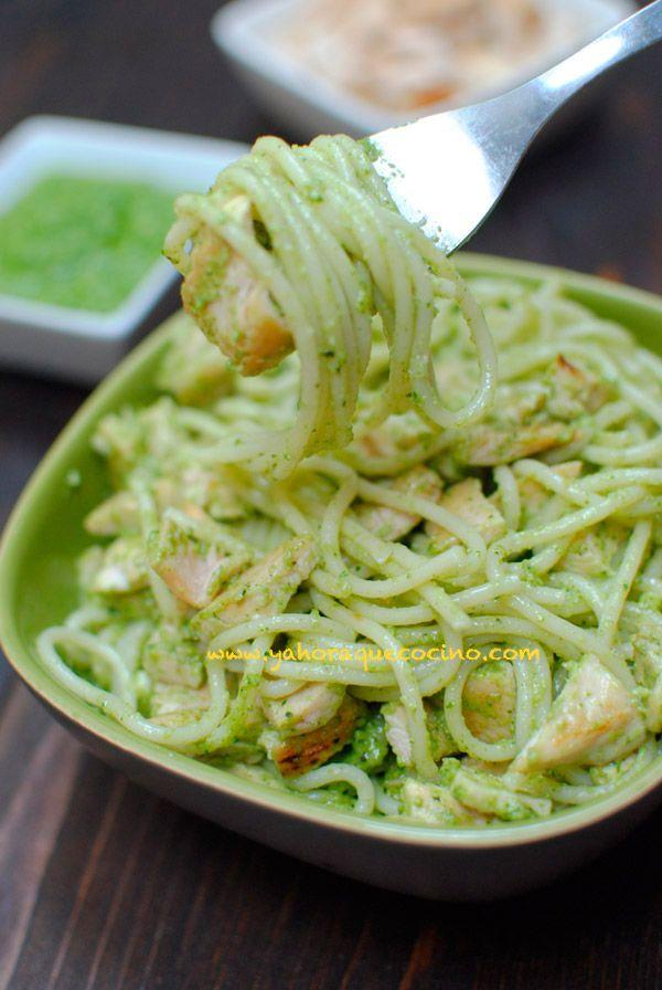 Espaguetis con Pollo y Pesto, necesitarás 3 ingredientes: pollo, pasta y pesto. Prepara la Salsa Pesto con Almendras, con nuestra receta fácil.