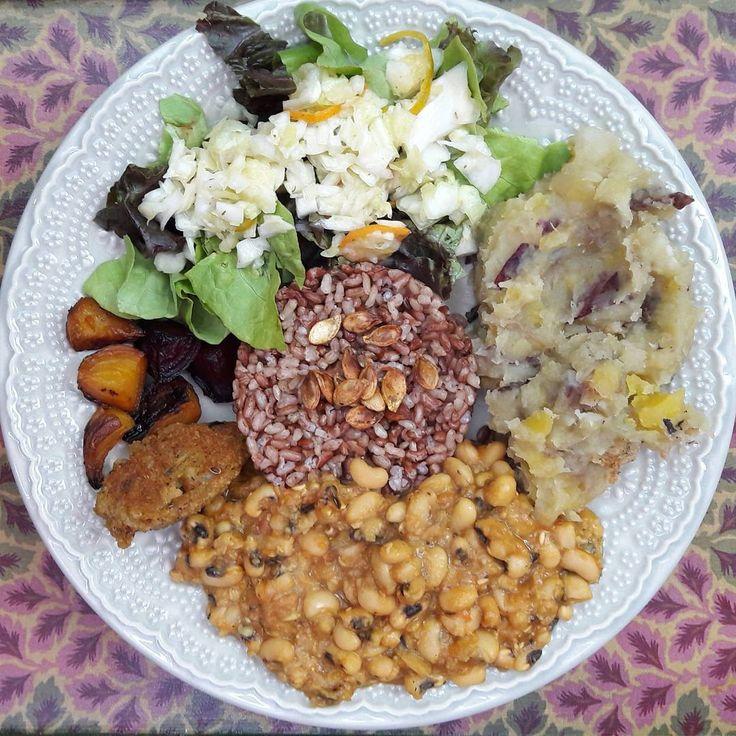 arroz cateto vermelho, feijão fradinho com abóbora, purê de mandioquinha, salada de folhas com repolho cruzinhado e laranja kinkan, beterrabas assadas e bolinho picante.