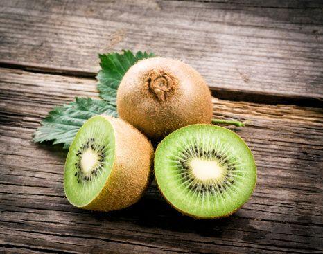 La consommation de kiwi vous aide à avoir une belle peau. Mais pas seulement : les nombreuses fibres du kiwi permettent aussi d'améliorer la digestion. Grâce à richesse en antioxydants, ce fruit permettrait également de prévenir l'apparition de maladies cardiovasculaires et de certains cancers. Mais bien sûr, tout cela doit se comprendre dans le cadre d'une alimentation saine, équilibrée, et d'une activité physique régulière.