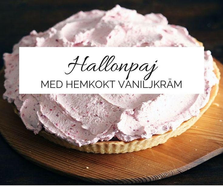 Denna goda hallon och vaniljpaj är fylld med hemkokt hallonkompott och vaniljkräm och sedan toppad med hallongrädde.