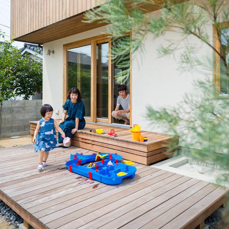 . 夏の思い出をいっぱい作ってくれたウッドデッキ。 これからの季節なら、お外ランチも気持ちよさそうです。 #外観 #塗り壁 #木製サッシ #ウッドデッキ #腰掛け #段違い #水遊び #庭 #庭のある暮らし #自分らしい暮らし #デザイナーズ住宅 #造作 #足洗い場 #ボーネルンド #アクアプレイ #檜 #注文住宅新築 #設計士と直接話せる #設計士とつくる家 #コラボハウス #インテリア #愛媛 #香川