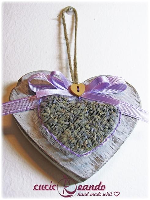 cuore in legno con cuoricino in tulle e lavanda