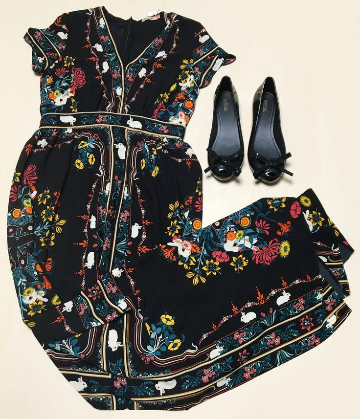 O coelho novamente é a estrela neste vestido preto longo com estampa floral. Finalize o look de Páscoa com um belo par de sapatilhas pretas da Melissa! Esteja na moda com o vestido da Santa Meninaa e a sapatilha da Nonsense do Shopping São José.