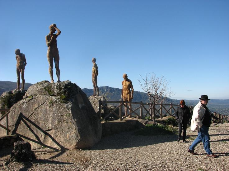 El Monumento a la Represión, en la subida al Torno. Vergonzoso episodio aconteció en su inauguración pues a algún individuo de escasa moral no se le ocurrió otra cosa que tirotear a las estatuas. Las vistas desde aquí son muy hermosas.