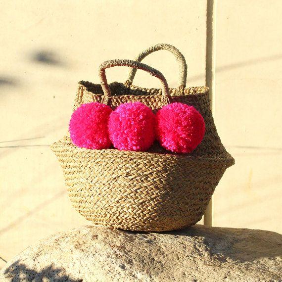 Summer-Special Schokkend liefde Balinese dubbel geweven buik mand, Medium  Prachtige dubbele geweven buik mand met mooie schokkend roze pom poms.  OPMERKING: Onze dubbele geweven zee gras buik manden zijn anders dan de gebruikelijke buik manden. Onze Balinese buik manden zijn aanzienlijk meer duurzaam, veel sterker en behouden hun stevige vorm. Ze zijn ook meer aanpassen aan het weer, dus ideaal om te gebruiken als de houders van de plant of om het inpakken van al uw behoeften voor een…