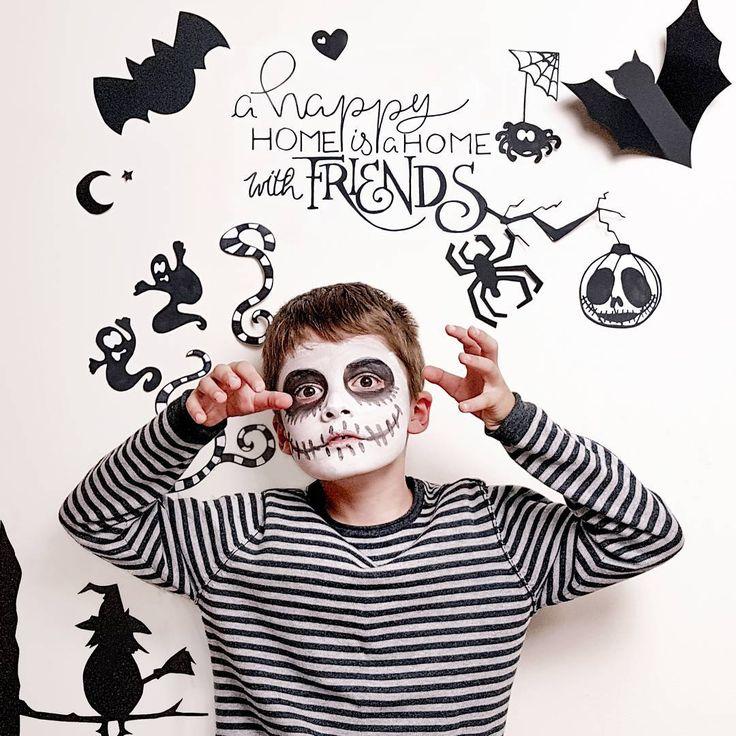 Maquillage enfant halloween. Tête de mort blanche et noire