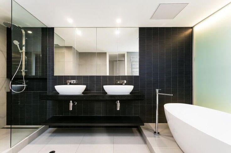 Der schwarze Mosaik Rückwand und schwimmenden Eitelkeit Zähler mit dunklen unter Waschbecken Regal sind eine vollständige Übereinstimmung in Stil und Farbe.