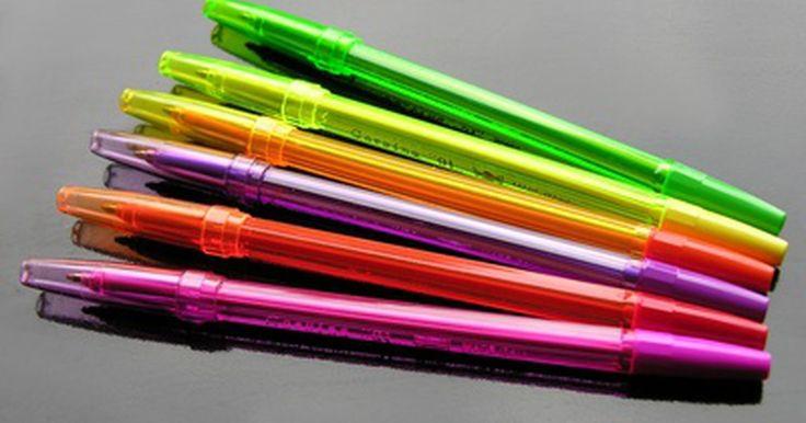 Consejos para el uso de la pluma de gel. Las plumas de gel son parecidas a los bolígrafos, excepto por que la tinta es más gruesa y tiene una sustancia de gel. Mientras que puedes usar un bolígrafo para escribir, puedes usar una pluma de gel para ideas o proyectos más creativos. Si compraste recientemente un juego de plumas de gel, deberías saber cómo usarlas, cómo destaparlas y cómo ...
