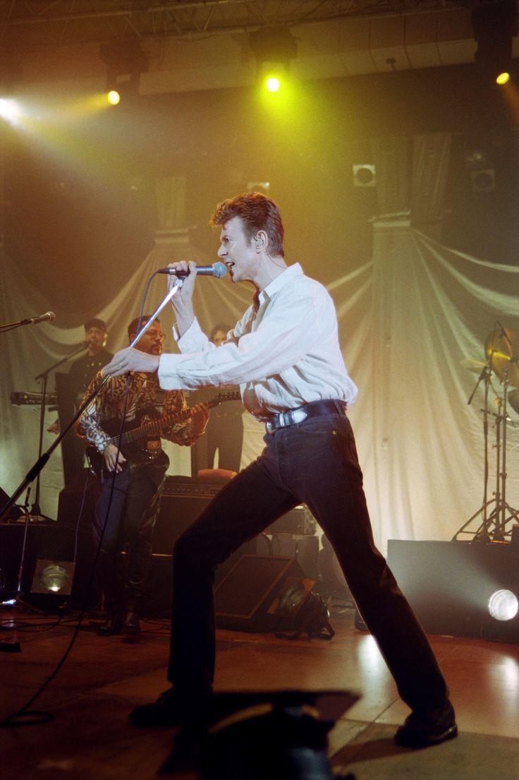 David Bowie, à l'Opéra Bastille, le 11 décembre 1995, l'année de la sortie de « 1. Outside », un album, inspiré de la techno, qui raconte l'histoire d'un détective enquêtant sur un tueur.  BERTRAND GUAY / AFP