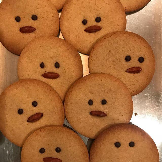 ひよこ豆のクッキー焼けてます! ・ 米粉を使っているためグルテンフリー! ・ いろいろな表情のひよこ🐤さん。 ・ 目が合った子を連れ帰って下さいね! #alaskazwei #中目黒カフェ #vegan #vegansweets #ひよこ#ひよこ豆#グルテンフリー#glutenfreeAlaska zwei(アラスカツヴァイ)