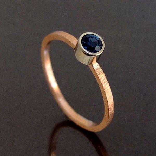 Różowe i białe złoto pr. 0,585 połączone z pięknym szafirem w pierścionku BIZOE.
