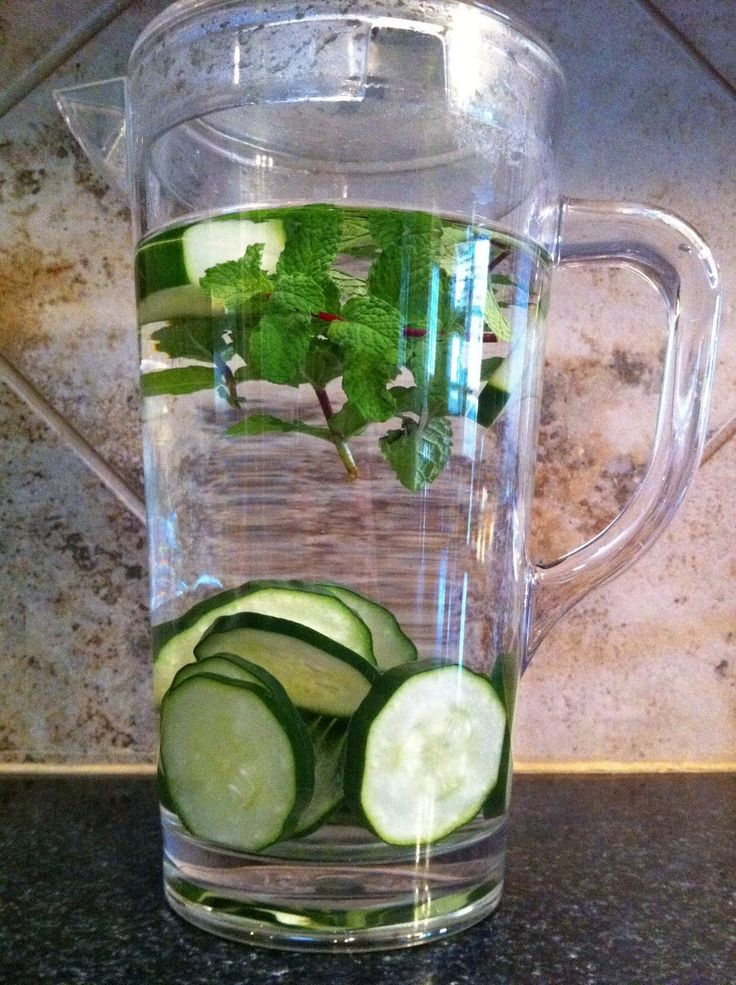 Riquisima agua desintoxicante de pepino con menta