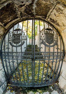 Szent István városa lánglelkű Ottokár püspök emlékére' Kovácsoltvas kapu. Feljárat a várfalra.