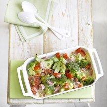 Ovenschotel met broccoli en ham: stoom 1 broccoli, leg die samen in ovenschotel met 1 tomaat en 100 g hespblokjes.kluts ei met 75 g platte kaas en 50 ml melk kruid met pezo, giet over groenten en bak 10' in oven