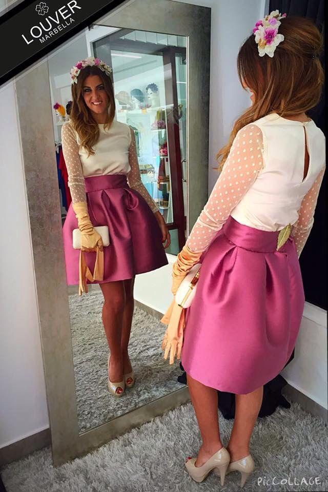 Hoy os proponemos un look de lo más romántico! Nuestra blusa Bianca con mangas de plumeti y falda Fedra en rosa. Completamos el look con una diadema de flores de las mismas tonalidades y guantes beige.