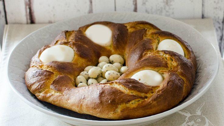 Az olasz húsvéti kalács tulajdonképpen a belesütött főtt tojástól lesz húsvéti. Nekem azonnal a tavaszt juttatja eszembe, amikor meglátom, úgyhogy már februárban is többször megsütöm, hogy egy kis vidámságot hozzon a konyhámba.