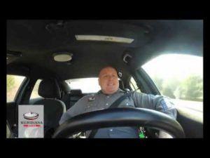 Il poliziotto canta alla guida, il video esilarante è virale