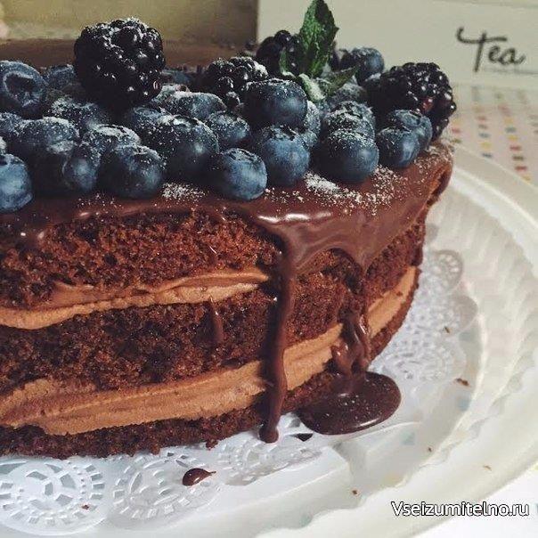 Самый шоколадный торт  Ингредиенты:  Мука — 200 г Миндальная мука — 50 г Сода — 1,5 ч. л. Щепотка соли Какао — 50 г Тростниковый сахар — 280 г Яйца куриные — 2 шт. Кокосовое масла — 60 мл Оливковое масло — 60 мл Молоко — 270 мл Винный уксус — 1 ст. л. Шоколад — 260 г для крема Жирные сливки — 200 мл для крема Маскарпоне — 320 г  Сахарная пудра по вкусу Ягоды Шоколад — 140 г для ганаша Жирные сливки — 90 мл  Приготовление:  1. Разогреть духовку до 175°, растопить кокосовое масло и просеять…