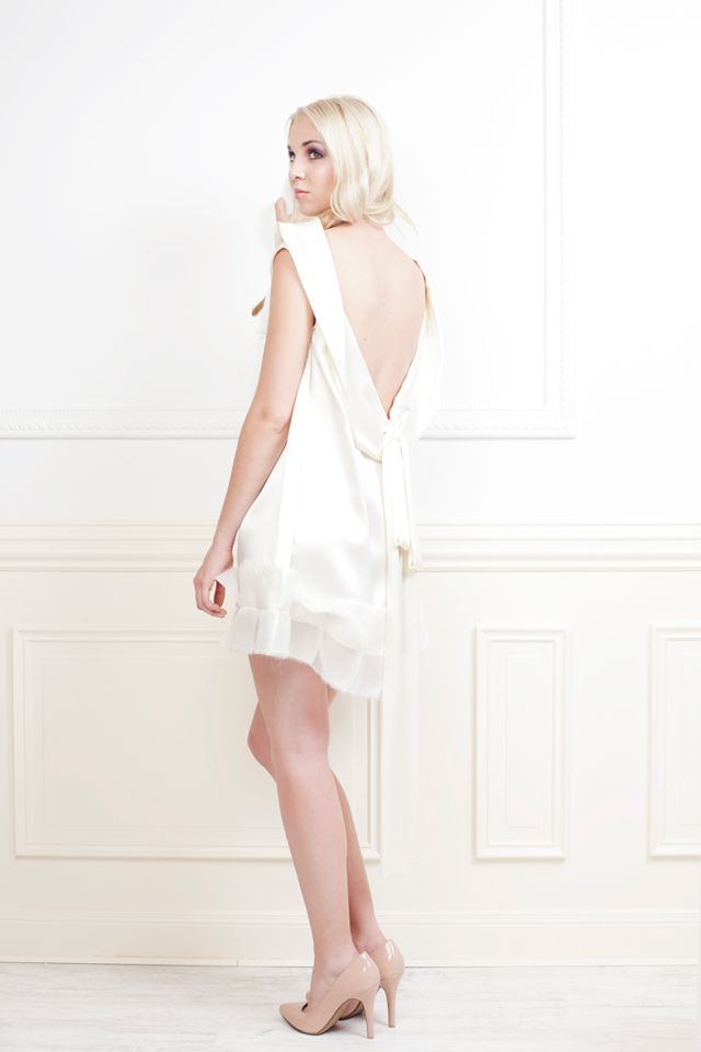 Um vestido de noiva mini