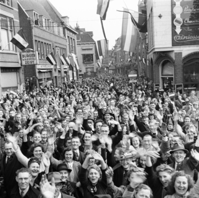 Ecstatic crowds welcome the 49th Canadian Infantry Division during the Liberation of the Netherlands. Utrecht, 1945. Willem Anefo
