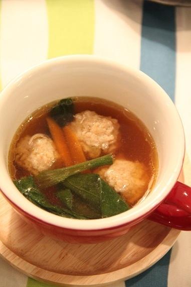 肉団子スープ 作り方はね、豚ひき肉(200g)・みじんぎりにした葱(1/2本)・卵(1個)・生姜(小さじ1/4)・塩(1つまみ)・片栗粉(大さじ2)を混ぜて団子を作り、鍋に水(4カップ)・鶏がらスープの素と酒とごま油(各大さじ1)・醤油(大さじ2)・胡椒・人参(1/3本)・小松菜(少し)を加えて煮立てたら、団子を落として火が通ったらできあがり。