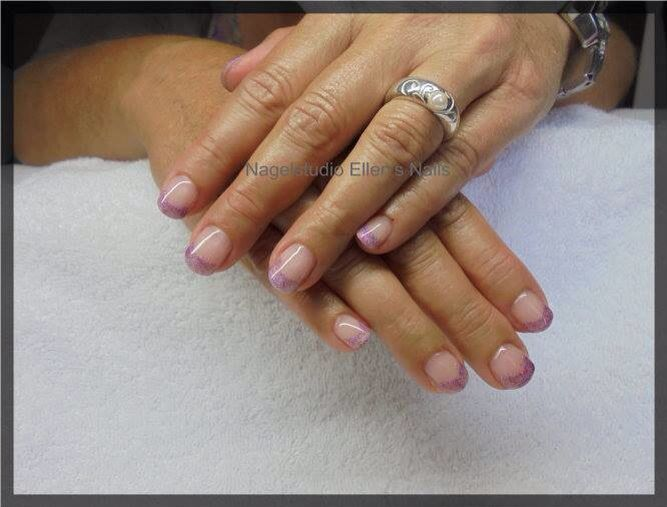 French Manicure in paarse glitters voor een nagelbijtster